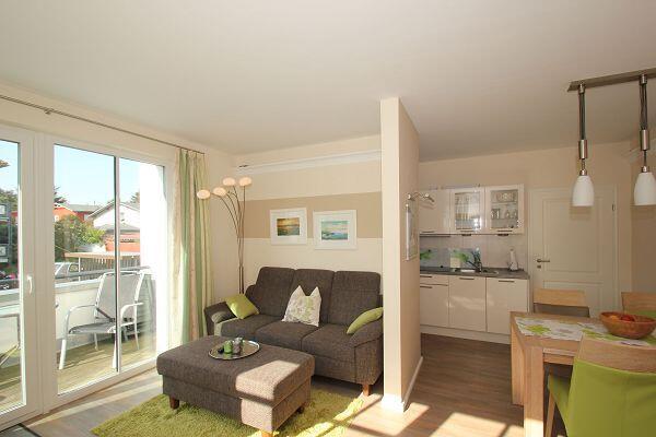Wohnbereich mit Balkon in der Ferienwohnung 10 in der Villa Antje