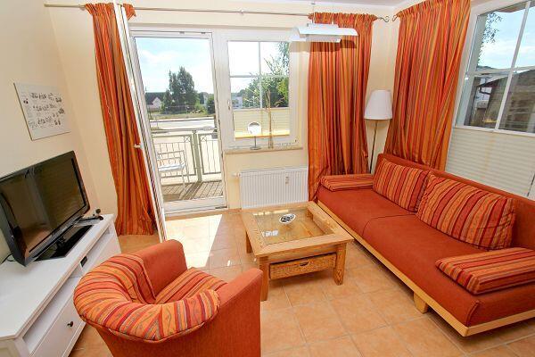 Wohnbereich mit Balkon in der Ferienwohnung 10 in der Strandvilla Böck