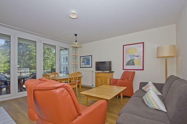 Wohnbereich mit Balkon in der Ferienwohnung 04 in der Strandresidenz Brandenburg