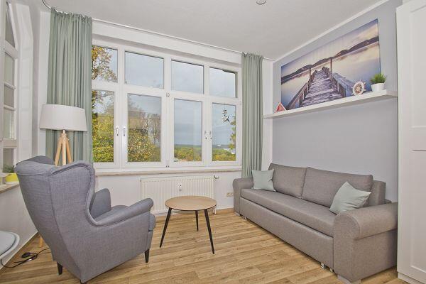 Wohnzimmer mit. großer Fensterfront in der Ferienwohnung 37 in der Strandresidenz Brandenburg