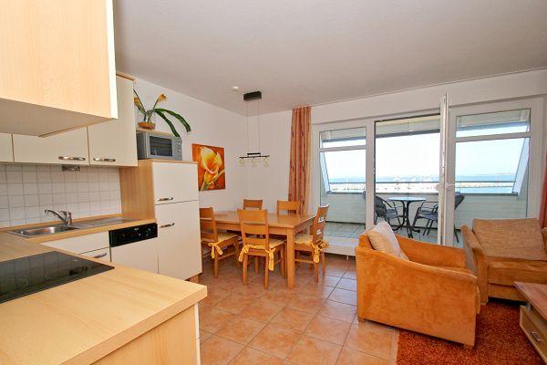 Wohnbereich mit Küche in der Ferienwohnung 03 in den Hafenhäusern Wiek