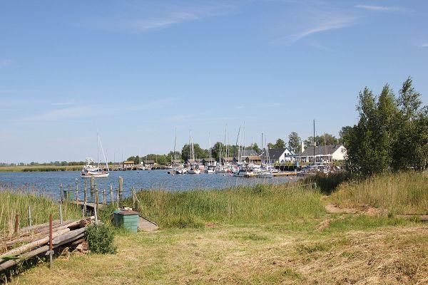 seitlicher Blick auf den Hafen in Gager