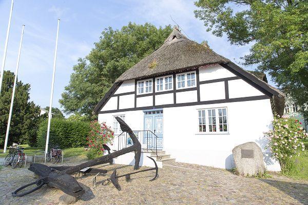 Holzanker vor dem Museum in Göhren