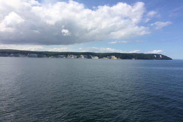 Blick auf die Kreideküste vom Wasser