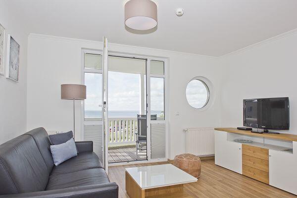 Wohnzimmer mit Balkon der Ferienwohnung 14 in den Meeresblick Residenzen