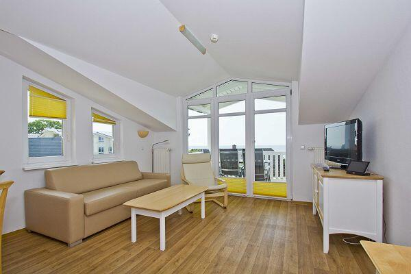 heller Wohnbereich mit Balkon in der Ferienwohnung 16 in den Meeresblick Residenzen