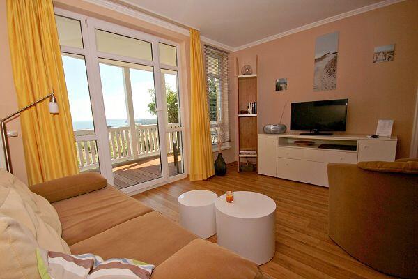 Wohnbereich mit Balkon in der Ferienwohnung 22 in den Meeresblick Residenzen