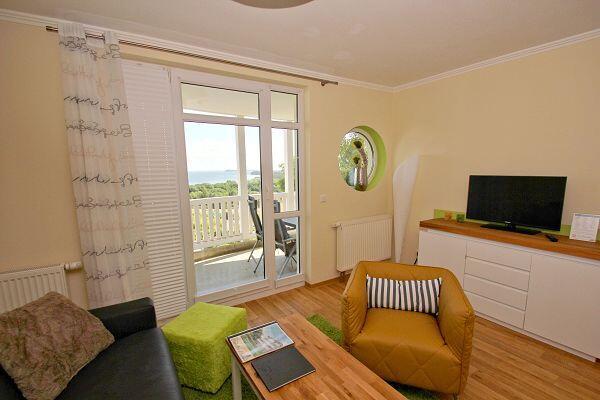 Wohnzimmer mit Balkon in der Ferienwohnung 25 in den Meeresblick Residenzen
