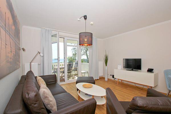 freundlicher Wohnbereich mit Balkon in der Ferienwohnung 26 in den Meeresblick Residenzen