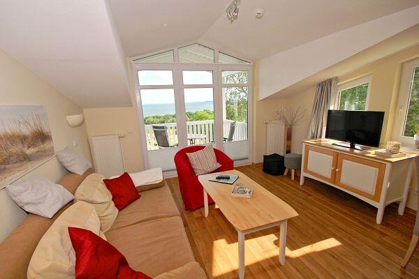 Wohnzimmer mit Balkon in der Ferienwohnung 29 in den Meeresblick Residenzen