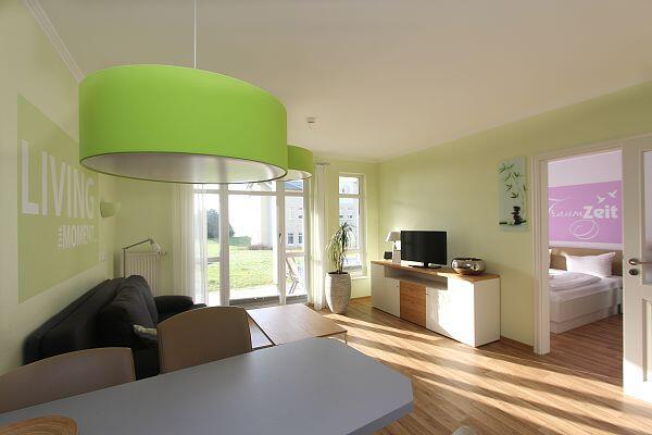 Wohnbereich mit Terrasse in der Ferienwohnung 31 in den Meeresblick Residenzen