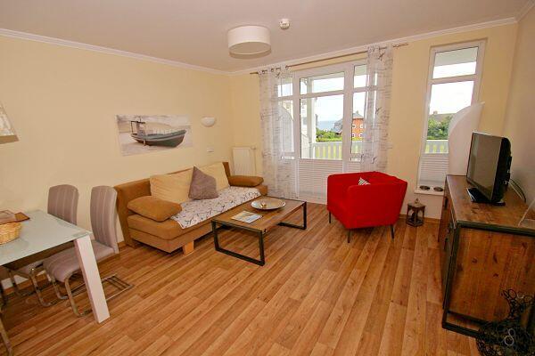 Wohnzimmer mit Balkon in der Ferienwohnung 34 in den Meeresblick Residenzen