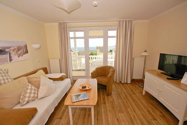 Wohnzimmer mit Balkon in der Ferienwohnung 38 in den Meeresblick Residenzen