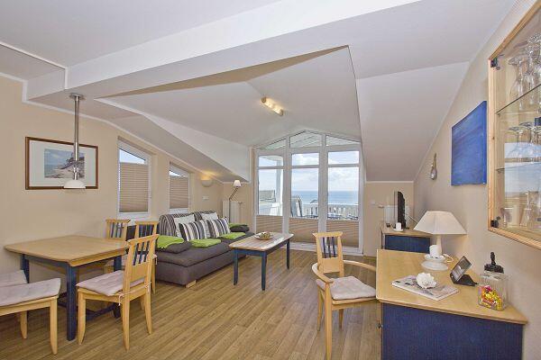 Wohnbereich mit Balkon in der Ferienwohnung 39 in den Meeresblick Residenzen