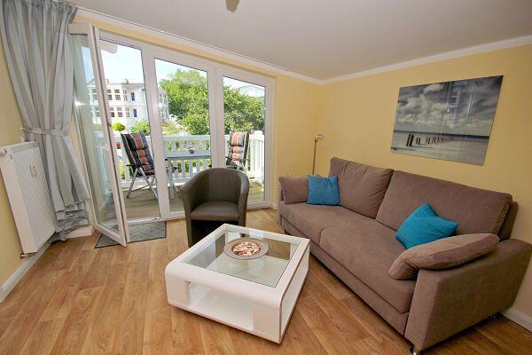 Wohnbereich mit Balkon in der Ferienwohnung 59 in den Meeresblick Residenzen