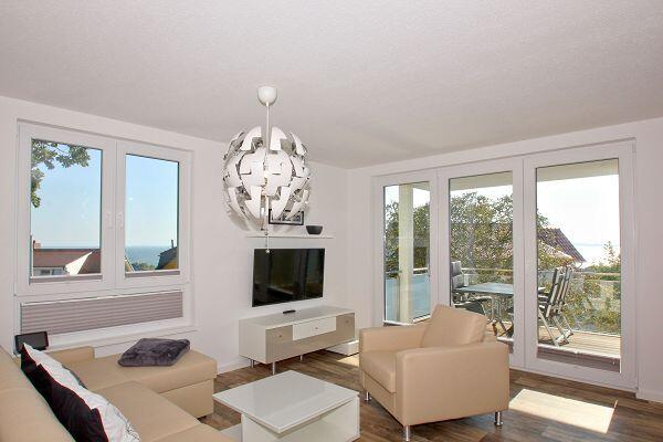 Wohnzimmer mit Balkon in der Ferienwohnung 64 in den Meeresblick Residenzen