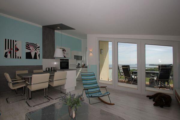 Wohnbereich mit Balkon in der Ferienwohnung 67 in den Meeresblick Residenzen