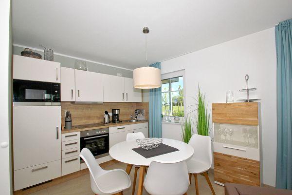 Küche mit Essecke in der Ferienwohnung 03 im Haus 10 im Strandresort Rex Rugia