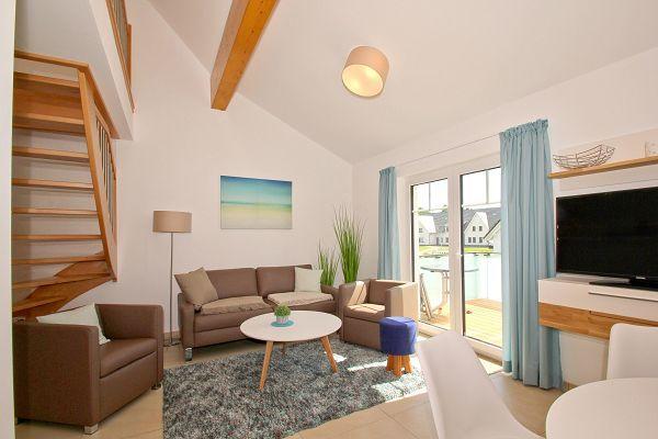 Wohnbereich mit Balkon in der Ferienwohnung 06 im Haus 10 im Strandresort Rex Rugia