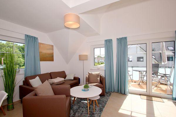 Wohnbereich mit Balkon in der Ferienwohnung 07 im Haus 10