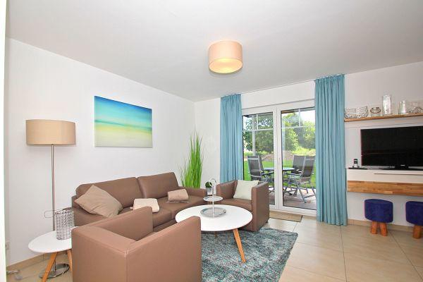 Wohnbereich mit Terrasse in der Ferienwohnung 02 im Haus 11 im Strandresort Rex Rugia
