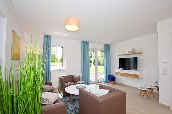 heller Wohnbereich in der Ferienwohnung 03 im Haus 13 im Strandresort Rex Rugia