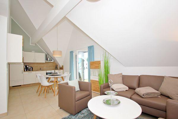 Wohnbereich mit Küche in der Ferienwohnung 05 im Haus 11 im Strandresort Rex Rugia