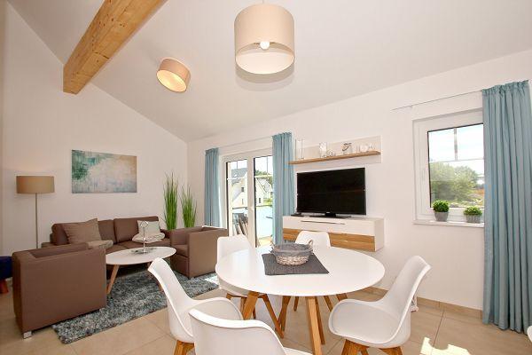 Wohnzimmer mit Balkon in der Ferienwohnung 06 im Haus 11 im Strandresort Rex Rugia