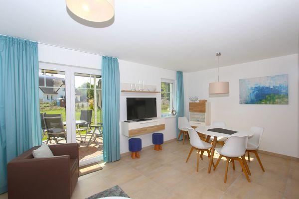 Wohnbereich mit Terrasse in der Wohnung 02 im Haus 13 im Strandresort Rex Rugia