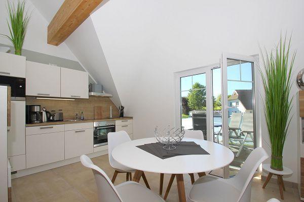 offene Küche mit Essbereich in der Wohnung 05 im Haus 13 im Strandresort Rex Rugia