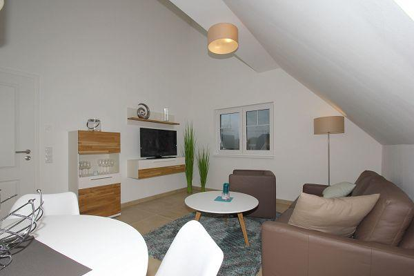 gemütlicher Wohnbereich in der Wohnung 08 im Haus 13 im Strandresort Rex Rugia