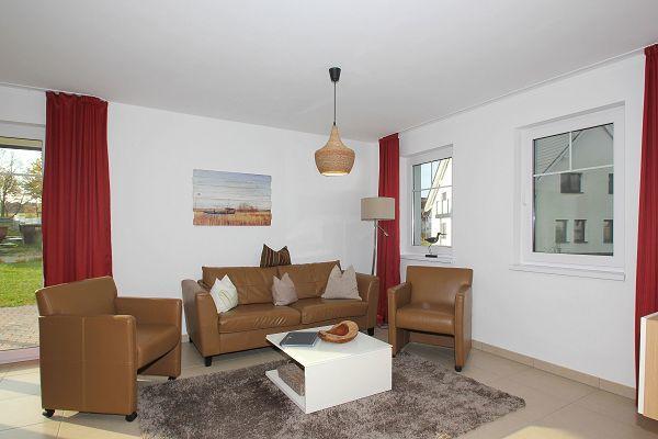 Wohnbereich mit Terrasse in der Wohnung 01 im Haus 14 im Strandresort Rex Rugia