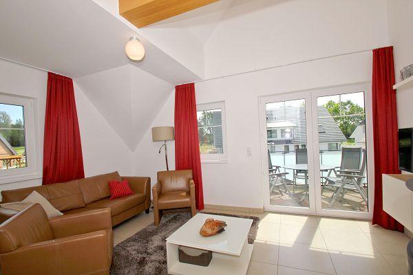 Wohnbereich mit Balkon in der Wohnung 07 im Haus 14 im Strandresort Rex Rugia