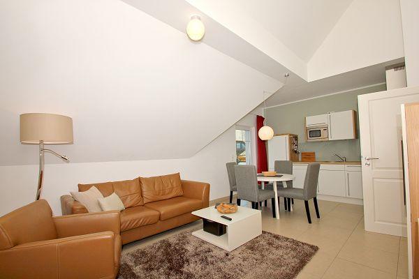 Wohnbereich mit Küche in der Wohnung 08 im Haus 14 im Strandresort Rex Rugia