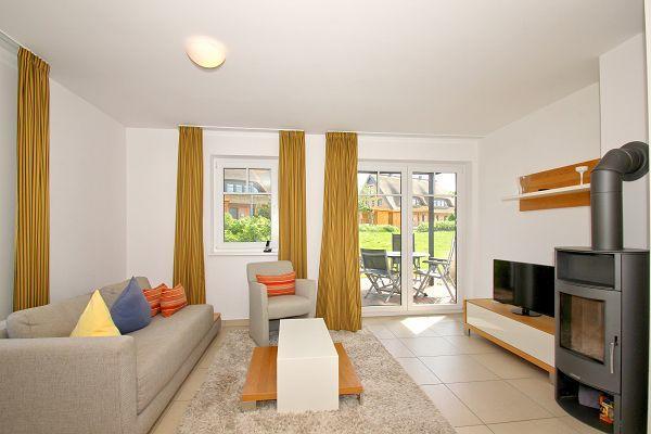 Wohnbereich mit Terrasse in der Wohnung 03 im Haus 28 im Strandresort Rex Rugia
