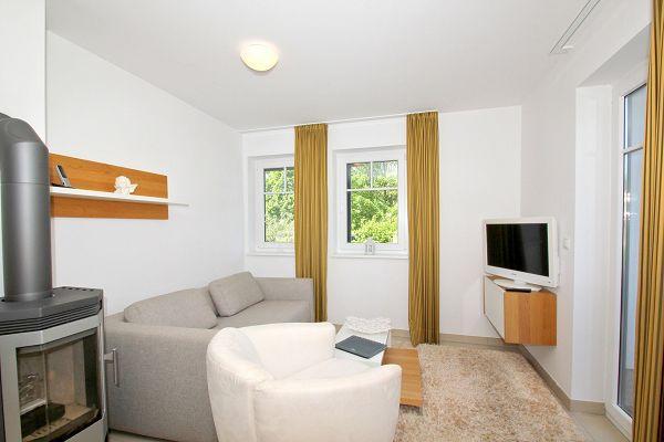 Wohnzimmer mit Kamin in der Wohnung 04 im Haus 28 im Strandresort Rex Rugia