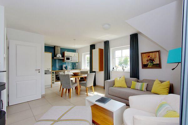 Wohnbereich mit Küche in der Wohnung 07 im Haus 28 im Strandresort Rex Rugia
