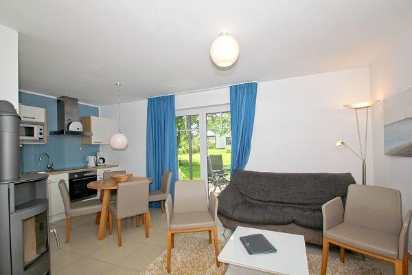 Wohnbereich mit Kamin in der Wohnung 01 im Haus 29 im Strandresort Rex Rugia