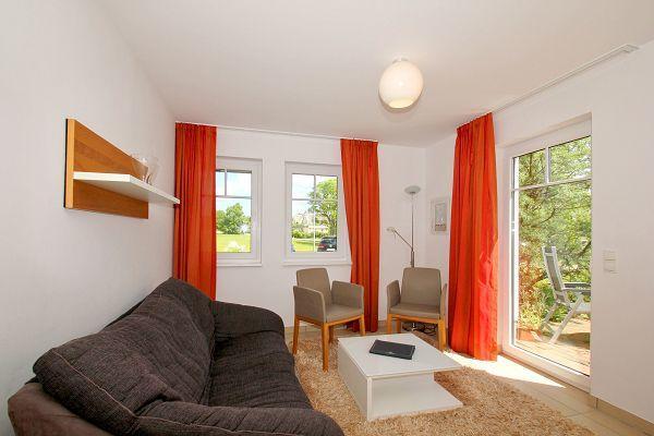 Wohnzimmer mit Terrasse in der Wohnung 04 im Haus 29 im Strandresort Rex Rugia