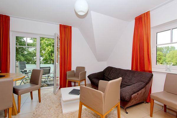 Wohnbereich mit Balkon in der Wohnung 5 im Haus 29 im Strandresort Rex Rugia