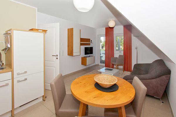 Wohnbereich mit Balkon in der Ferienwohnung 08 im Haus 29 im Strandresort Rex Rugia