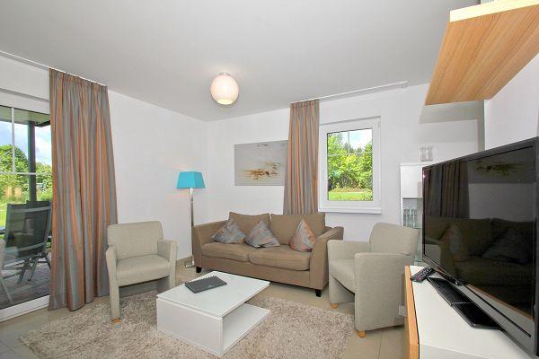 Wohnbereich mit Terrasse in der Ferienwohnung 01 im Haus im Strandresort Rex Rugia