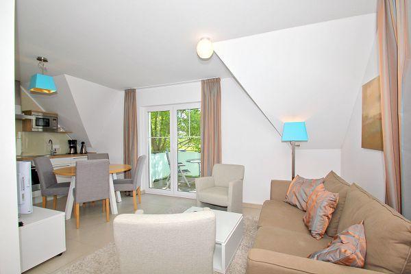Wohnbereich mit Balkon in der Ferienwohnung 05 im Haus 30 iim Strandresort Rex Rugia