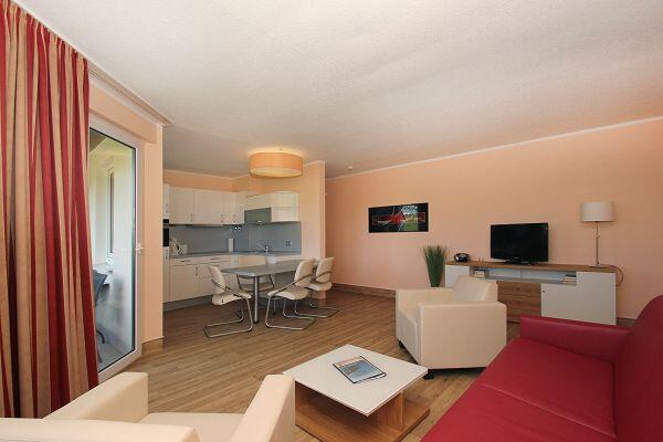 freundlicher Wohnbereich in der Ferienwohnung 12 im Strandhaus Mönchgut.