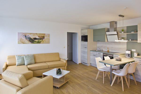 moderner Wohnbereich in der Ferienwohnung 13 im Strandhaus Mönchgut