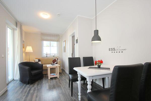 Wohnbereich mit Essecke in der Ferienwohnung 27 in der Villa Buskam