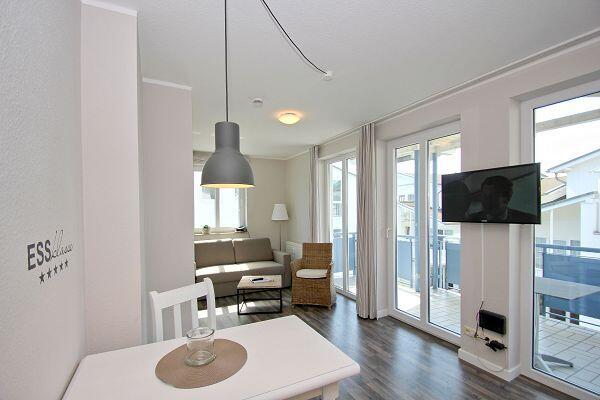 Wohnbereich mit Küche in der Ferienwohnung 30 in der Villa Buskam