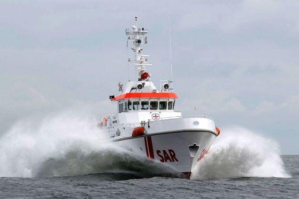 Der Seenotkreuzer Harro Koebke in voller Fahrt vor Rügen